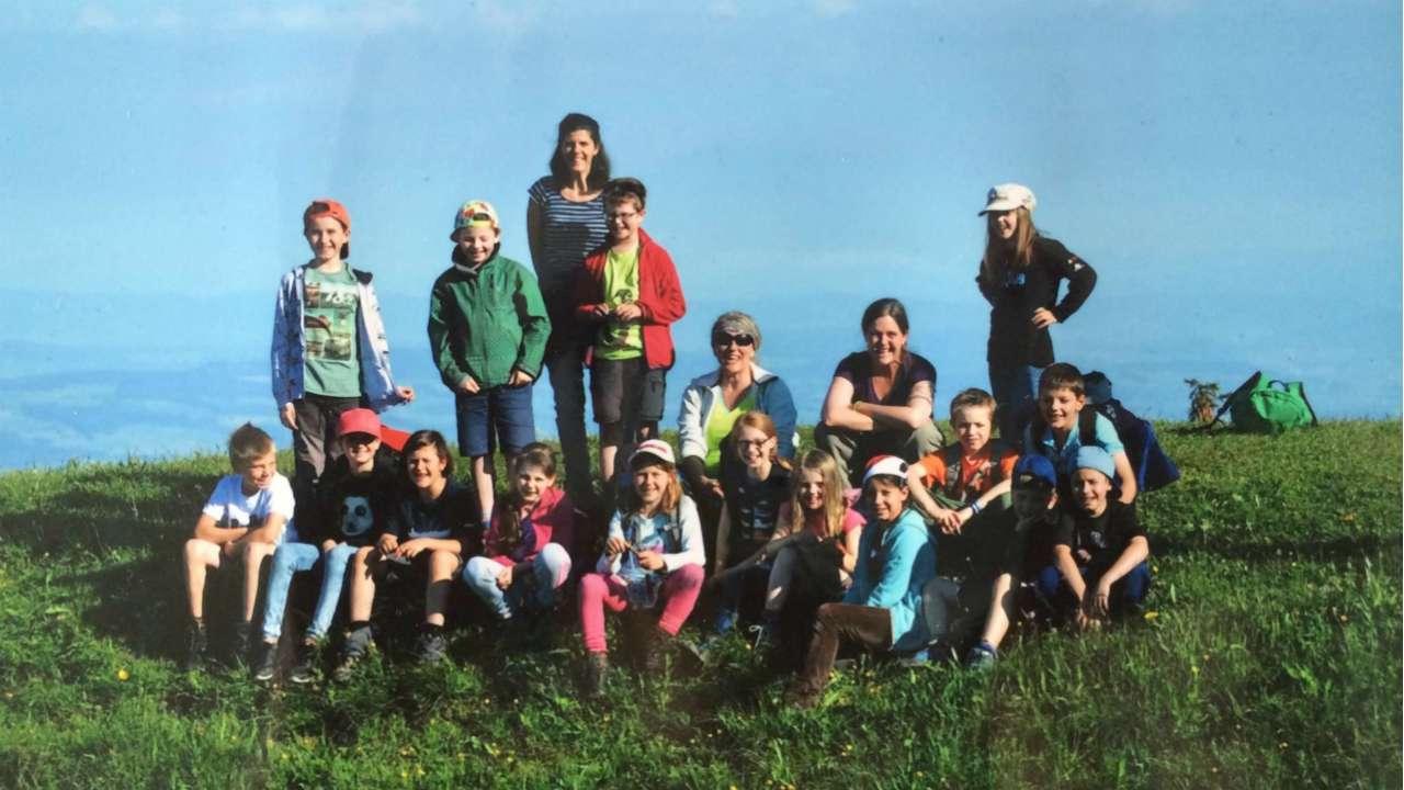 Дочкин класс вместе сучителями встречает рассвет вШвейцарских Альпах