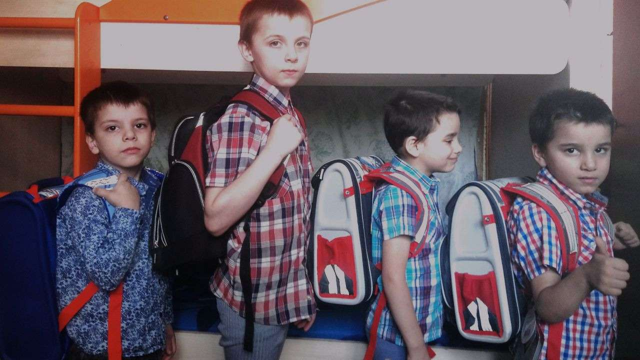 Старшие сыновья Анны: Артур, Родион, Камо и Армен. В школу пока ходит только Родион, но и братья с удовольствием примеряют ранцы